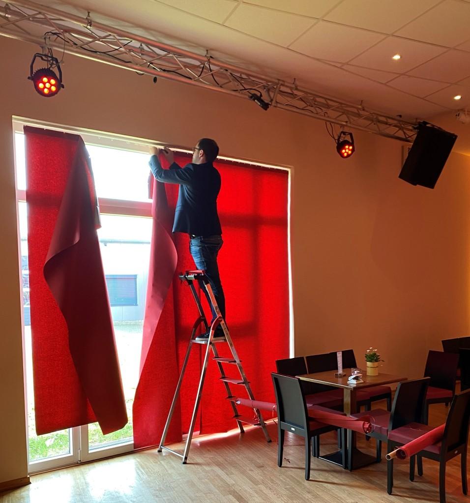 Ein Bild von Tobias Heins, wie er einen Tanzsaal abdunkelt.