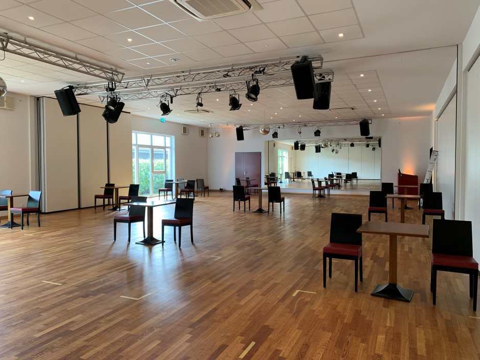 Ein Bild des Tanzsaals mit geklebten Rechtecken auf dem Boden zur Orientierung.