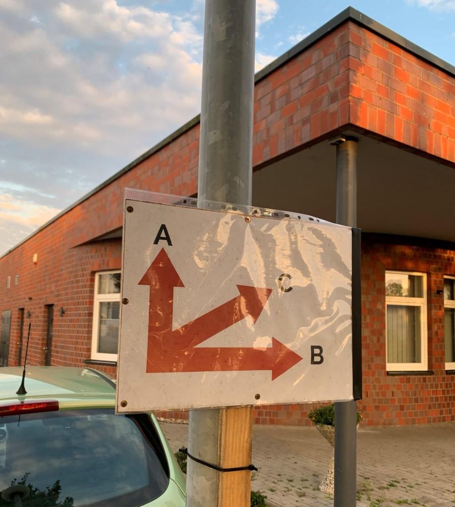 Ein Bild des Wegweisers mit den verschiedenen Eingängen der Tanzschule.